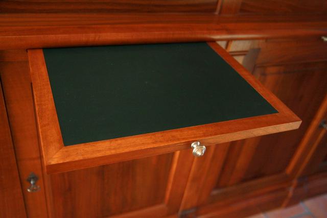 Gainerie d'ameublement : tablette bois dans une bibliothèque avec sous-main en cuir.