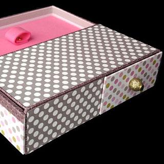 Cartonnage : exemple de fabrication de boîte en carton, la boîte à bijoux et ses tiroirs secrets.