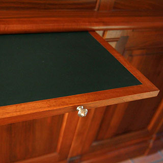 Gainerie d'ameublement, incrustation de cuir sur une tablette de meuble.