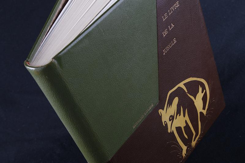 Restauration du Livre de la Jungle. Dorure et marqueterie sur couverture cuir, placage cuir du motif en ours.