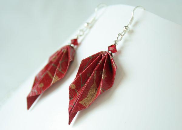 Boucles d'oreille en origami surmontées de perles rouges.