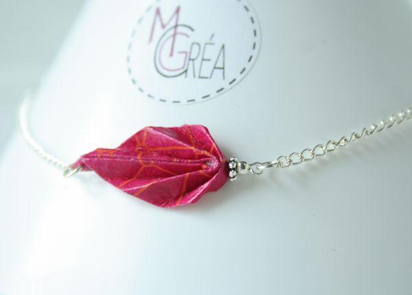 Bracelet avec chaine argentée et feuille origami.