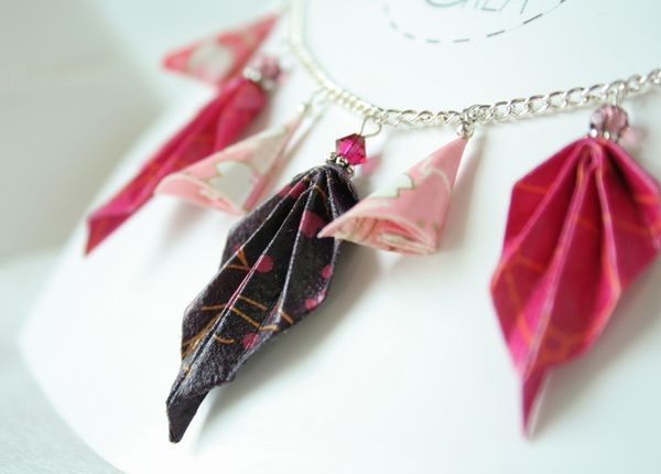Collier origami feuilles et grappes.