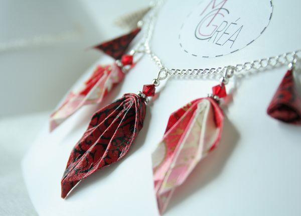 Collier en origami avec feuilles rouges et grappes.