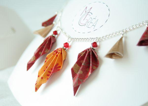 Collier en origami avec feuille automne
