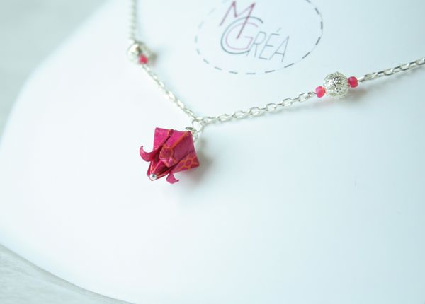Collier avec pendentif fleur de lotus origami.