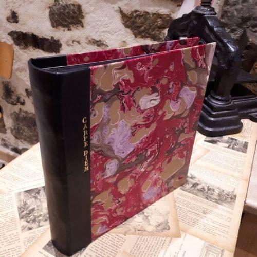 Album photo Carpe Diem. Couverture dos cuir et papier fait main. Dorure sur cuir.