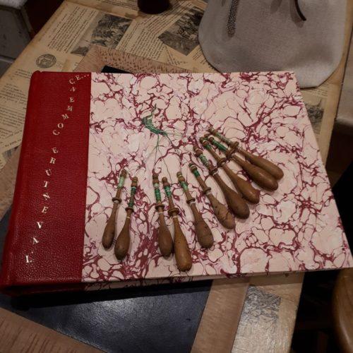 Album photo L'Aventure commence. Couverture dos cuir, papier fait main avec décoration broderie. Dorure sur cuir.