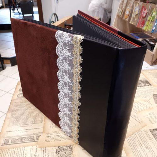Album photos avec bande de broderie. Reliure traditionnelle à couverture dos cuir et croûte de cuir donnant un aspect velours.