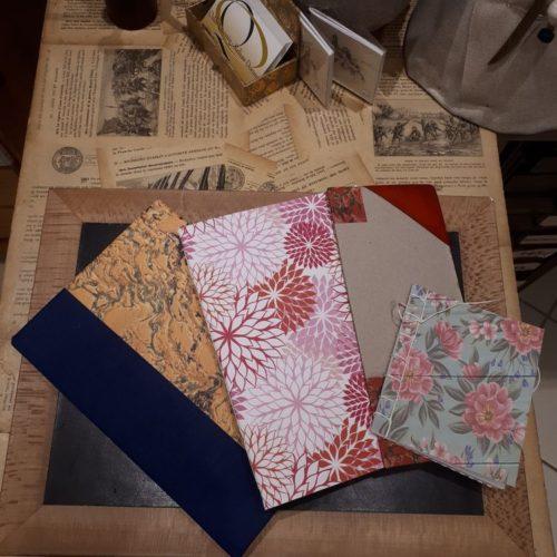 Carnets essais réalisés sur une journée d'atelier reliure. Réalisation de 2 carnets blancs à couture à la française et une couture japonaise. Réalisation de différents coins cuirs.