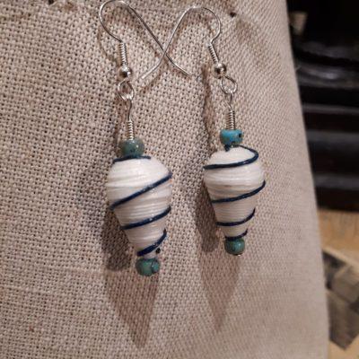 Boucles d'oreille perles papiers et perles pâte de verre. Décor en spirale en cuir.