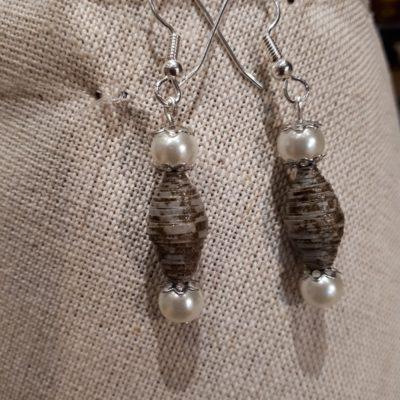 Boucles d'oreille perles papiers et perles de verre teinté.