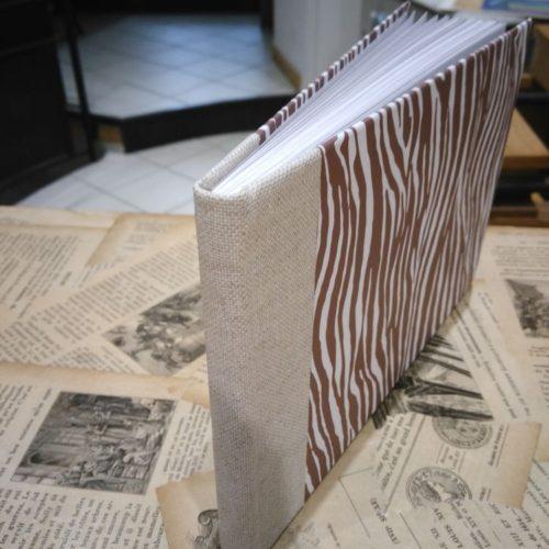Carnet blanc. Dos toile et couverture papier.