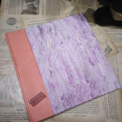 Carnet de voyage Lola. Dos cuir et couverture papier.