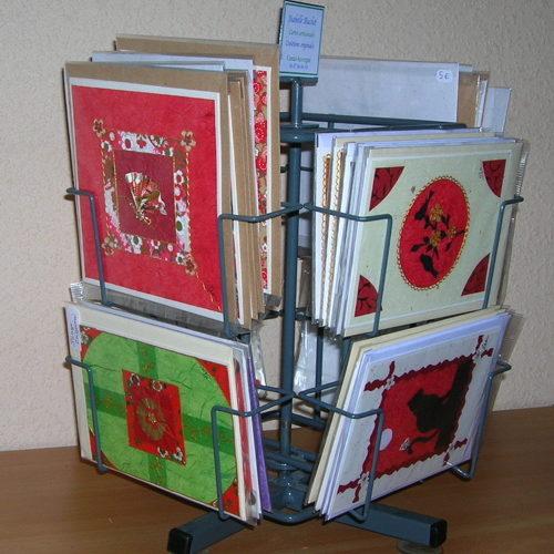 Présentoir avec cartes de fabrication artisanale. Cartes vendues par l'atelier boutique l'Arcade de Gutenberg à Le puy en Velay.