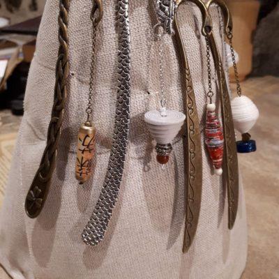 Marques pages. Perles de papier, cuir et pâte de verre. Grands modèles