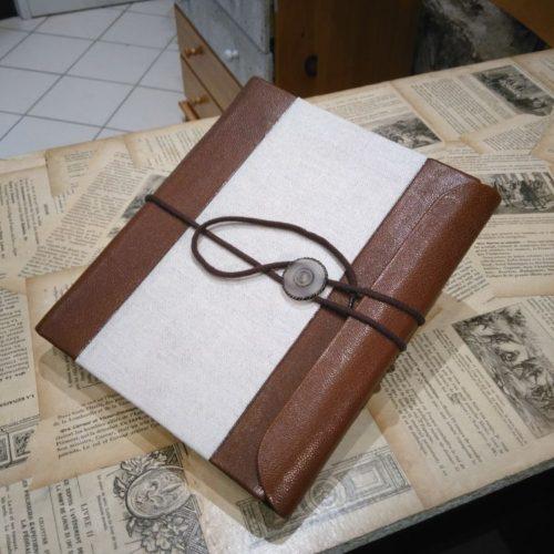 Protège carnet en cuir avec lacet.