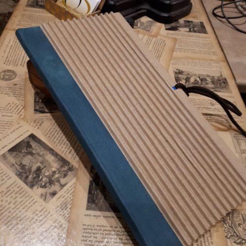 Recueil de poèmes. Dos cuir avec couverture carton ondulé. Impression du contenu et mise en page à la demande.