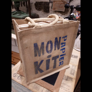 Kit pour faire son papier soit-même. A la maison, à l'aide de ce kit contenant tous les accessoires, vous pourrez fabriquer du papier.